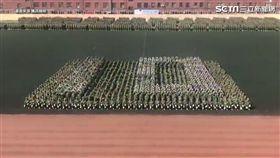 內蒙古大學展現軍訓成果。