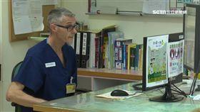 在台東聖母醫院行醫32年,澳洲醫生柯彼得領身分證。