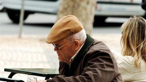 老人,失智(圖非新聞當事人/攝影者Pedro Ribeiro Simões,flikr CC License/網址http://bit.ly/1OEUEQz) ID-1047465