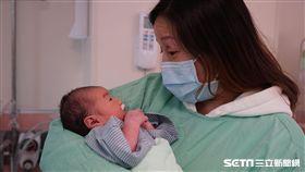 懷有身孕的吳小姐不幸遇上車禍,在馬偕醫療團隊的搶救下,母子均保住性命,也是該院20多年來未曾有過在急診室內就緊急剖腹生產的案例。(圖/馬偕醫院提供)