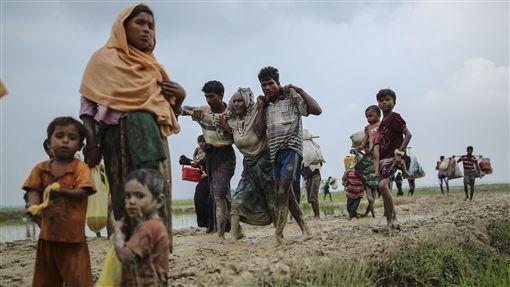 緬甸若開邦爆衝突  洛興雅人越境逃命緬甸若開邦(Rakhine)爆發血腥衝突,大批逃離家園的洛興雅穆斯林3日跨過緬甸邊界,抵達較為安全的孟加拉科克斯巴扎爾(Cox's Bazar)後,扶老攜幼在泥濘中辛苦步行。(安納杜魯新聞社提供)中央社 106年9月4日