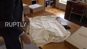 美將辦二戰文物拍賣會 希特勒「阿嬤級」大內褲估價15萬 圖/翻攝自Ruptly TV YouTube https://www.youtube.com/watch?v=kLg6O8pdx-g