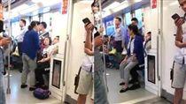 南京地鐵上大媽要年輕人讓座不成 一屁股坐對方大腿上/合成/秒拍
