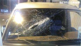 停在路旁的轎車無辜遭波及,前擋風玻璃遭砸破。(圖/翻攝畫面)