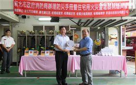 民間捐贈住警器及防災手冊,盼能提升居民居家安全。(圖/翻攝畫面)