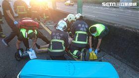 消防人員趕抵現場將賴男送醫。(圖/翻攝畫面)