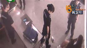 女子不配合安檢,大鬧蕭山機場。(圖/翻攝自廣州日報微博)