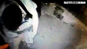 蕭男騎乘UBIKE在西門町閒晃,伺機竊取機車置物箱的包包,再躲進防火巷檢視贓物,卻被監視器拍得一清二楚,大樓女保全報警逮人(翻攝畫面)
