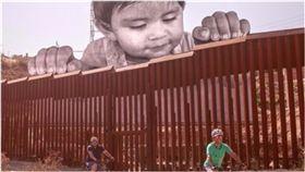 巨嬰,寶寶,童年入境暫緩遣返,DACA,追夢人,川普,JR,裝置藝術,邊界,美國,墨西哥 圖/翻攝自JR推特 https://goo.gl/N8cjyT