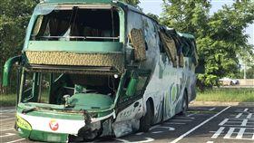 國道客運岡山撞護欄  6死11傷(1)國道一號北上348公里岡山交流道附近11日深夜發生一起重大車禍,一輛阿羅哈客運失控自撞護攔,造成6死、11人受傷,客運駕駛向警方指出,當時因閃避前方車輛而失控肇事。圖為事故車輛。中央社記者程啟峰高雄攝  106年9月12日