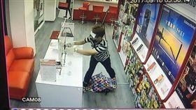 嫌犯將展示櫃上手機搜刮一空。(圖/翻攝畫面)