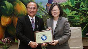 蔡英文總統接見「北美各地台灣會館及台灣中心回國訪問團」。(總統府提供)