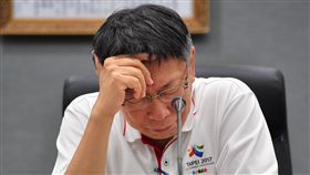 反年改干擾開幕 柯文哲願負政治責任世大運開幕式19日晚間舉行卻遭干擾,導致各國選手延誤進場,台北市長柯文哲(圖)20日在記者會中表示,他身為主辦城市的市長,會負一切政治責任,相關懲處等賽後再處理。圖為柯文哲在記者會上低頭思考。中央社記者王飛華攝 106年8月20日