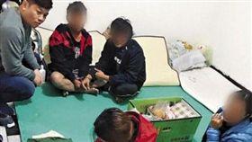 逃逸外籍移工衍生出的黑戶寶寶問題,至今仍無解。圖為移民署專勤隊逮捕逃逸移工。(警方提供)/鏡週刊