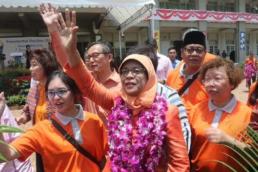 哈莉瑪成為新加坡總統 向群眾揮手致意新加坡總統選舉結果13日揭曉,新加坡選舉官中午宣布哈莉瑪自動當選,成為首位女性總統,圖為哈莉瑪(前排中)向在提名中心人民協會總部現場的群眾揮手致意。中央社記者黃自強新加坡攝  106年9月13日