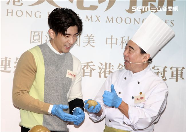 修杰楷挑戰手做廣式月餅,並與粉絲分享。(記者邱榮吉/攝影)