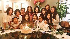 阿Sa為關之琳慶55歲生日 整桌嘉賓都是大美女! 圖/翻攝自關之琳微博
