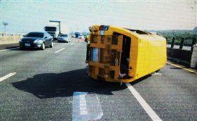 瑪利亞社會福利基金會7名人員14日上午搭乘小巴士前往成功嶺營區打掃,車輛行經國道3號南下182公里處,因車輛爆胎翻車,7人受傷送醫,幸無生命危險。 (警方提供)中央社