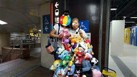 弱勢,娃娃,台北車站,阿姨,火吻,幫忙,愛心 (圖/翻攝自Dcard)