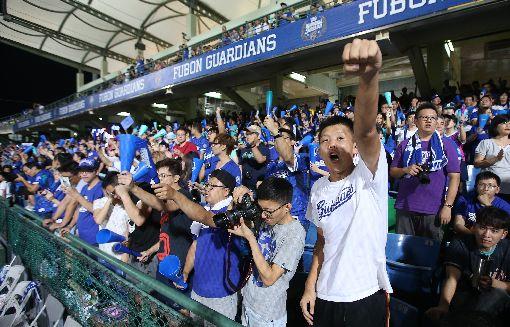 富邦悍將戰統一獅 8000餘球迷嗨(1)中華職棒16日在新莊棒球場進行統一7-ELEVEn獅與富邦悍將的賽事,吸引8550名觀眾進場為球隊加油打氣。中央社記者張新偉攝 106年9月16日