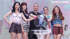 女子團體「IVI」愛為愛芳芸、琦琦、Kimi、紫薇首次公開露面,首張EP簽唱會,讓粉絲久等了。(記者邱榮吉/攝影)