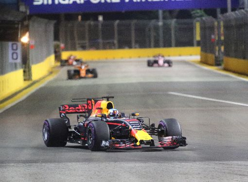 F1新加坡大獎賽排位賽競爭激烈F1賽車新航新加坡大獎賽16日晚間進行排位賽,眾多車隊車手競相飆速,競爭激烈。中央社記者黃自強新加坡攝 106年9月16日
