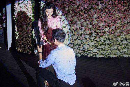 ▲李晨下跪,並遞上戒指向范冰冰求婚。(圖/翻攝李晨微博)