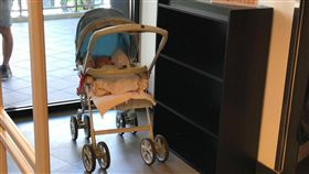 林口,三井OUTLET,逛街,娃娃車,嬰兒,媽媽,遺棄,安全(圖/翻攝自爆料公社)