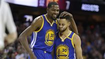 Kevin Durant與Stephen Curry(ap)