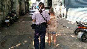 員警護送林婦返家。(圖/翻攝畫面)