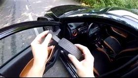 大陸製造,俄羅斯,試駕,Chery,奇瑞,Tiggo 2,油門踏(圖/翻攝自autoevolution) https://www.autoevolution.com/news/gas-pedal-breaks-during-chery-tiggo-2-test-drive-120458.html