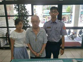 曾翁女兒聞訊而來不斷感謝員警熱心協助,並與員警開心合照。(圖/翻攝畫面)