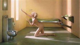 麥莉希拉(Miley Cyrus),日前為美國攝影師大衛拉夏培爾(David LaChapelle)的精裝畫冊拍下一系列照片,大膽秀出身材,完全不怕走光;傲人身材讓粉絲紛紛大讚(圖/翻攝自《Một Thế Giới》)