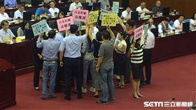 毒蛋流入市面 北市議員開議跟柯文哲舉牌抗議反應慢 盧冠妃攝