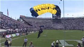 海豹部隊,撞牆,美國,猶他,美式足球,比賽,開場,表演,跳傘,失誤,SEALs 圖/翻攝自YouTube