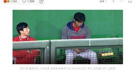 ▲KIA虎老將林昌勇比賽中在牛棚區公然玩手機。(圖/截自韓國媒體)