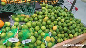新北市衛生局抽驗中秋節應景食材,驗出連鎖量販通路大潤發土城分公司販售的「檸檬」1件農藥超標。(圖/新北市衛生局提供)