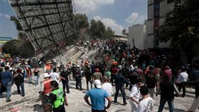 墨西哥,倒塌,強震,地震(圖/翻攝自Los Angeles Times推特)https://twitter.com/search?q=earthquake%20mexico&src=tyah&lang=zh-tw