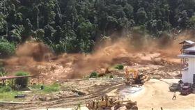 寮國水壩破裂潰堤。(圖/翻攝自Xov Xwm_Lom Zem YouTube)