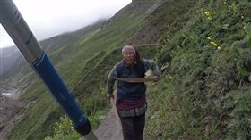 一杯茶43元英國客還殺價 尼泊爾老闆娘雙刀流追打「賤人再殺啊」(圖/翻攝自YouTube)