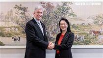 HTC董事長兼執行長王雪紅與Google硬體資深副總裁Rick Osterloh,共同宣布簽訂11億美元合作協議的照片。(圖/HTC提供)
