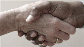 握手、牽手、夫妻握手(示意圖)/pixabay