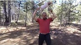 烏克蘭,父親,女嬰,亂甩(圖/翻攝自YouTube)