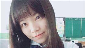 海青工商女學生蔡芙柔在公車上幫媽媽跪地擦地板/蔡芙柔臉書