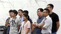 宏達電員工關注新合作案(1)宏達電21日上午召開重大訊息記者會,宣布與Google簽署合作協議,Google以11億美元(約新台幣330億元)買下參與打造Pixel的團隊及手機專利授權,將有2000名工程師轉職。圖為觀看記者會的宏達電員工。中央社記者張皓安攝 106年9月21日