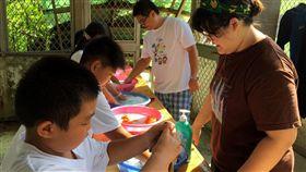 家事成長營隊  小朋友樂做家事(3)博幼基金會湖西中心老師林岱霓17日在「家事成長營隊」中表示,什麼是「家務事」,就是讓小孩子從中習得體會到「家務事是大家的事」,即使能力不能與大人相比,但能量力而為,為家庭分擔些大小事。中央社  106年8月17日
