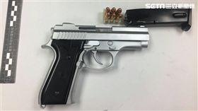 台北市保安大隊執行路檢勤務,一舉查獲安非他命、改造手槍及子彈等違禁品(翻攝畫面)