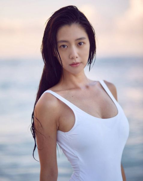 亞洲第一美韓星克拉拉(Clara)自拍吃沙拉,穿超低胸,畫面養眼。(翻攝自CLARA Instagram)