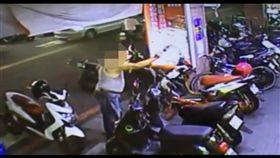 吳男拿著藍波刀跑到便當店前嗆聲。(圖/翻攝畫面)