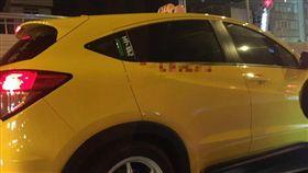 小黃手把在玻璃旁,車牌8777(圖/翻攝自爆料公社)